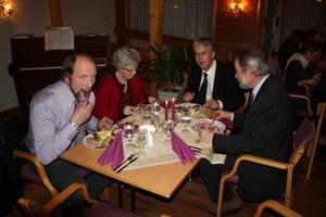 Fra et tidligere adventmøte: F.v: Johannes Finset, Ragnhild Finset,  Helge Kjøll jr. og Knut Steinar Dahle nyter julemiddagen