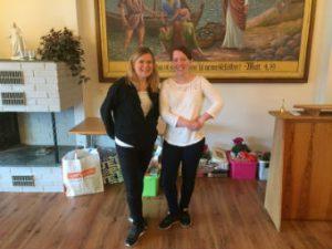 Lederne for julemessekomiteen - Therese Flataker Aarsund (t.v.) og Gunnlaug Aae Lima rett før julesalget åpnet