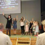 Marit Andresen Røen synger med barna