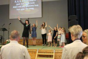 Marit Andresen Røen synger med barna på søndag formiddag