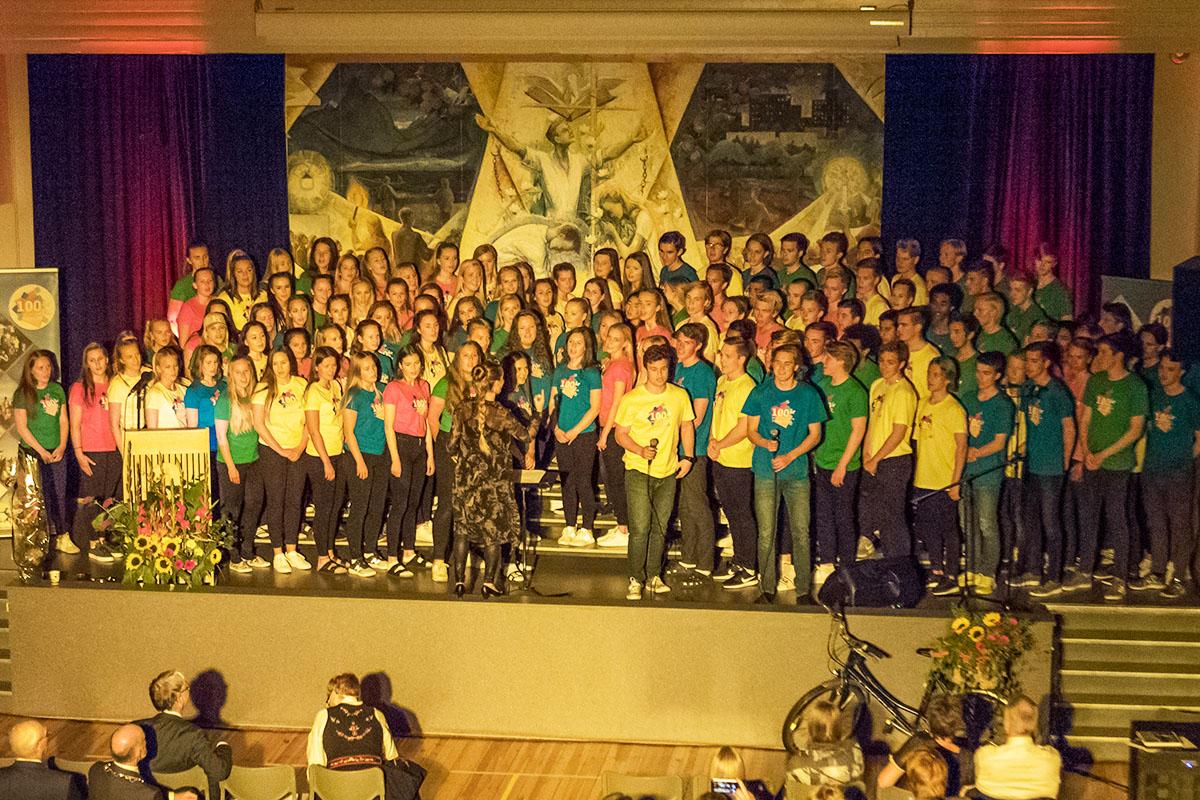 Alle skolens 124 elever synger på jubileumsfesten